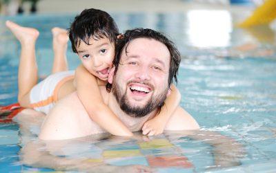 Vader zwemt met zoontje
