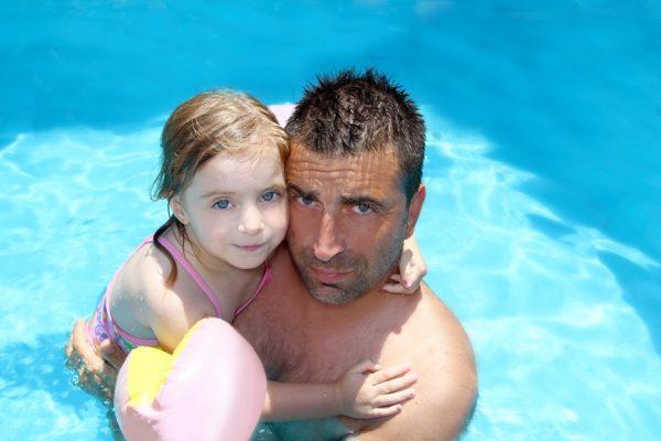 Vader oefent met zijn dochter