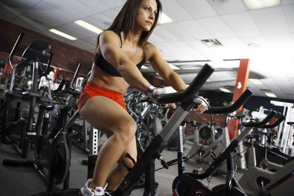 Trainen op een fitnessaparaat