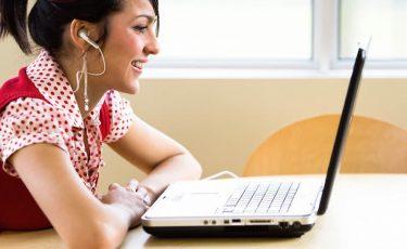 Vrouw doet een online cursus