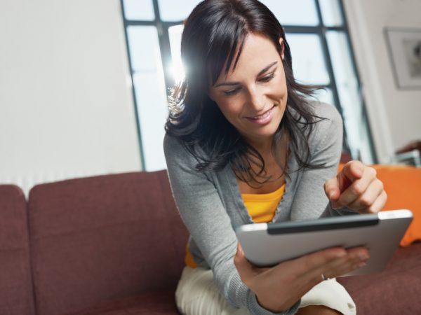 Vrouw met een e-book